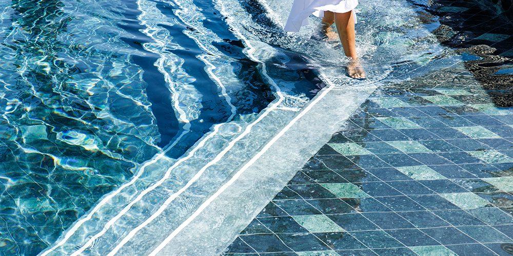 DC_Lifestyle_Ocean_Pool_Walking_01_1000x667px